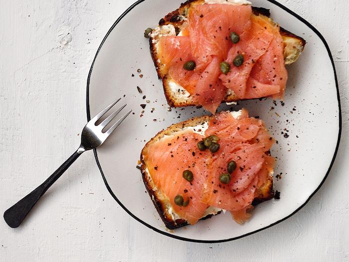 commént présenter le saumon fumé en entrée sur une tartine avec des capres et de poivre