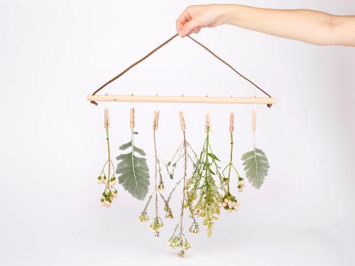comment décorer un mur blanc en printemps idée déco florale fleurs suspendues à des pinces à linge accrocher au mur