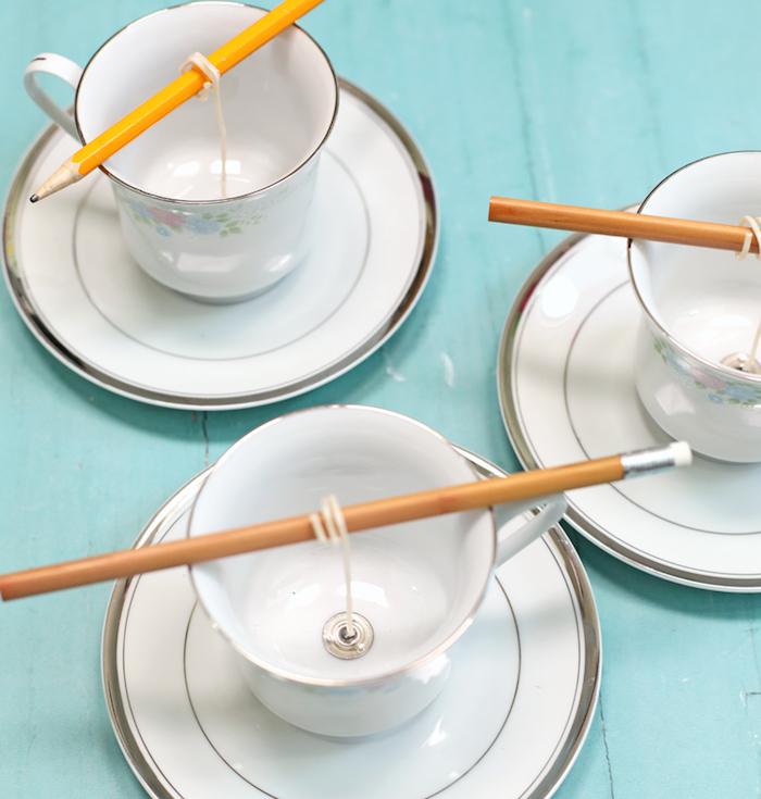 comment faire des bougies dans des tasses à thé avec mèche support mèche et crayon pour support bricolage fete des grand mere