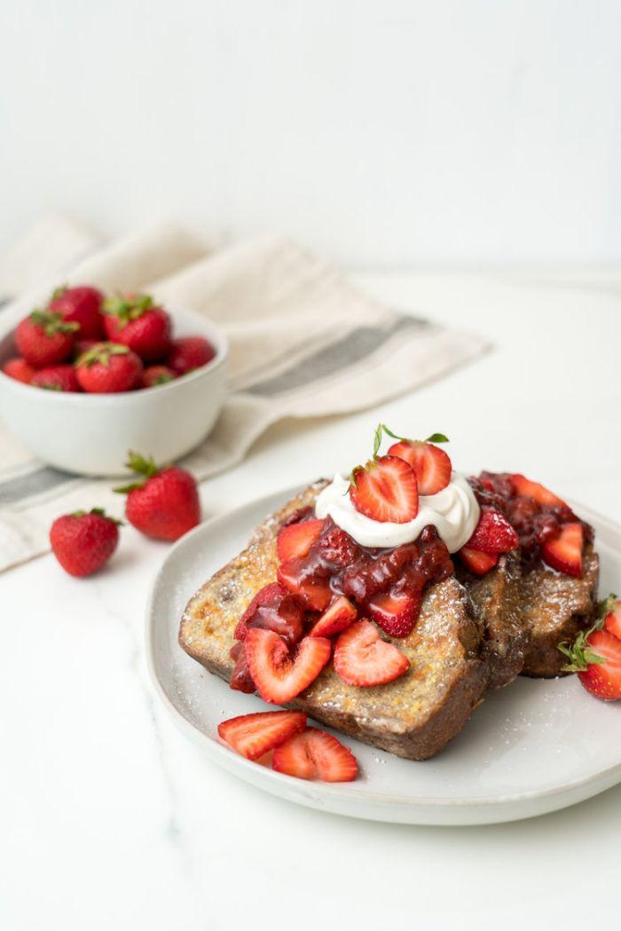 comment faire du pain perdu avec sauce reduction fraise balsamique fraises fraiches et creme fraiche