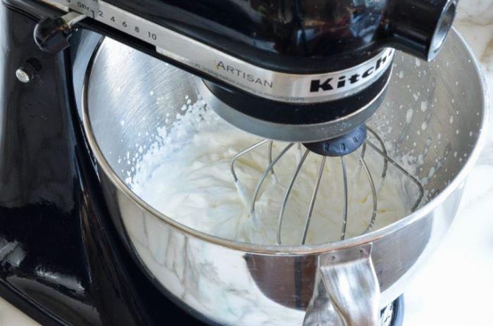 comment faire un gateau aux fraises battre la crème épaisse et le sucre dabs batteur sur socle