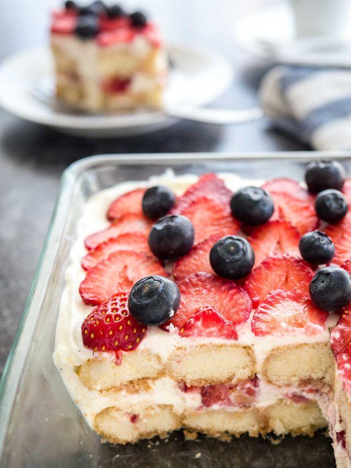 comment faire un tiramisu à la fraise et crème au mascarpone avec topping fraises et myrtilles recette fraise mascarpone facile