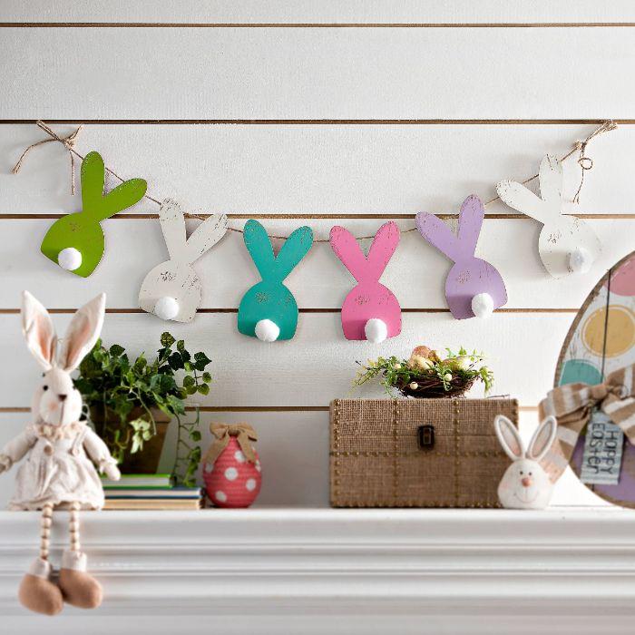 comment faire une deco paques guirlande de figurines de bois motif lapin plantes oeufs colorés et autres deco thematique