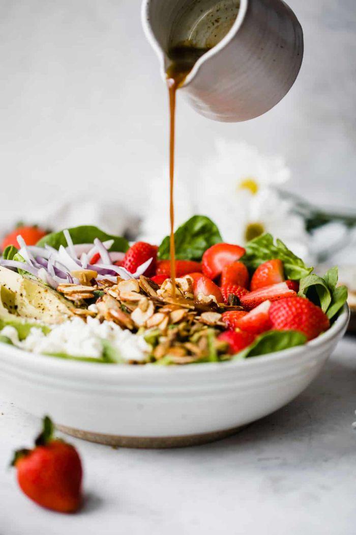 comment faire une salade composée originale recette de printemps que faire avec des fraises épinards feta noix vinaigrette