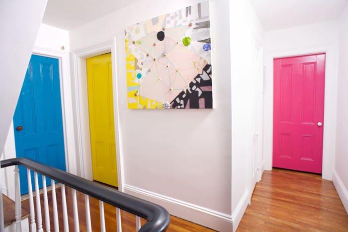 comment peindre un couloir aux multiples portes en rose jaune lumineux et beu vif et brillante