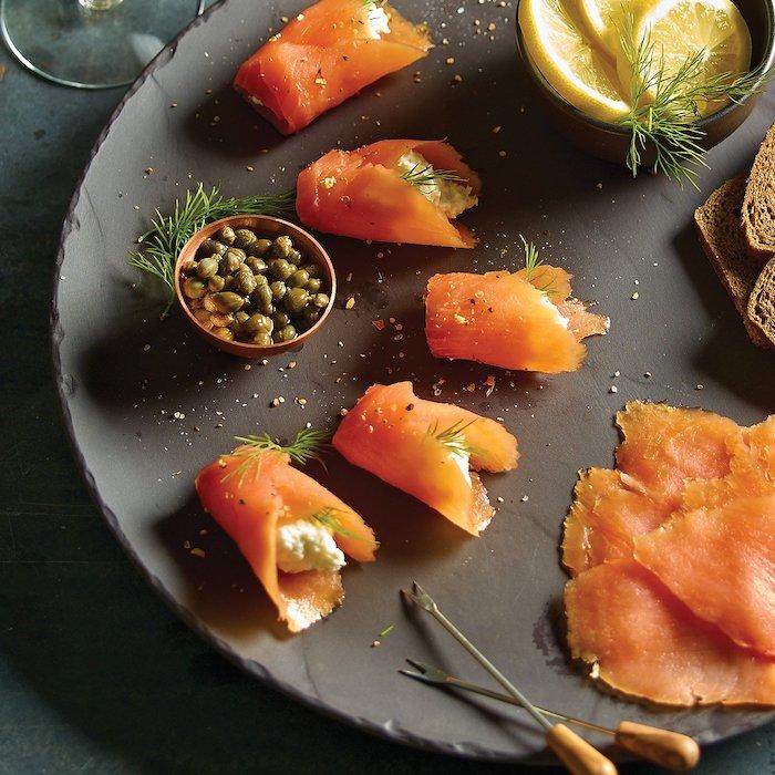 comment présenter le saumon fumé en etnrée des rouleaux avec des câpres et du citron et de poivre