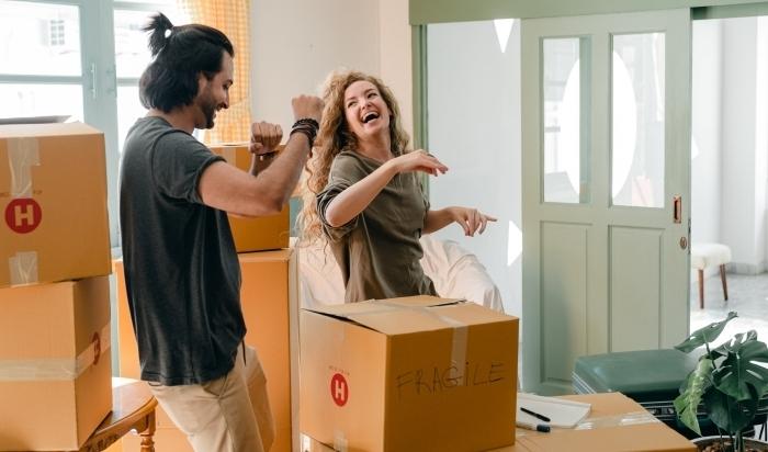 comment réussir déménagement couple joie boîtes affaires maison plantes emballage