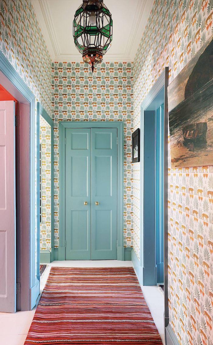 couleur de porte intérieur tendance en turquois claire des papiers peint aux mur un tapis multicolorau col et abat jouor en verre