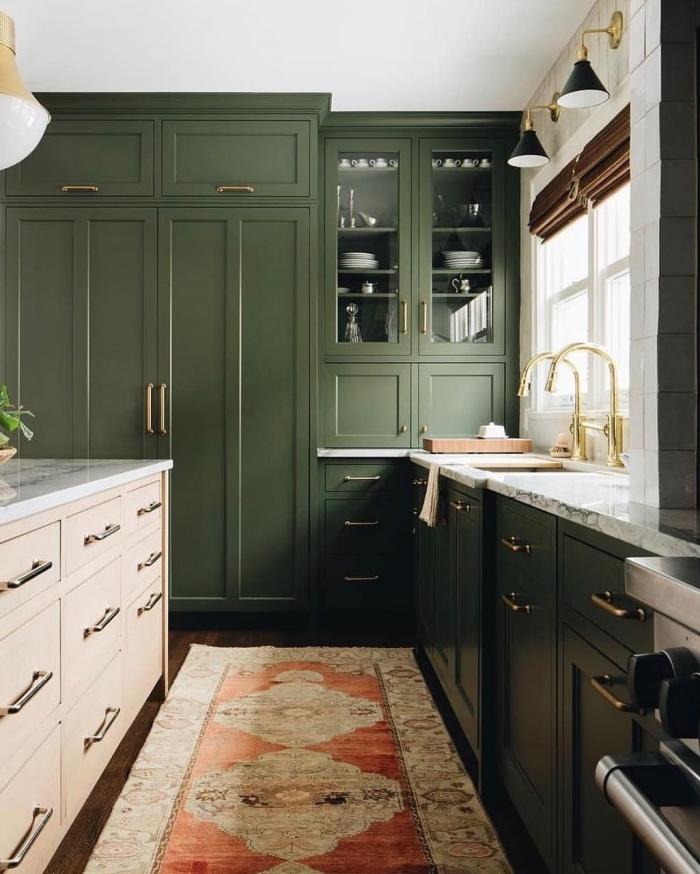 couleur militaire décoration aménagement cuisine en u meubles vert kaki poignées dorées