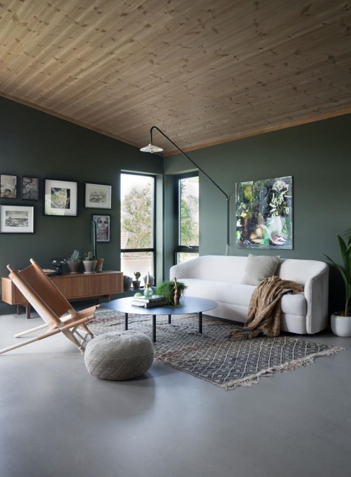 couleur peinture salon tendance 2021 revêtement plafond bois lampe noire mur de cadres noires