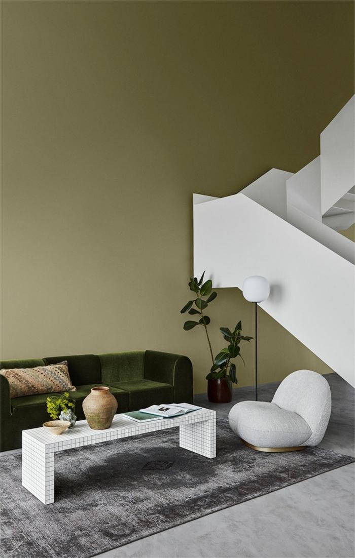 couleur peinture salon tendance 2021 tapis gris table basse blanche lampe sur pied canapé vert