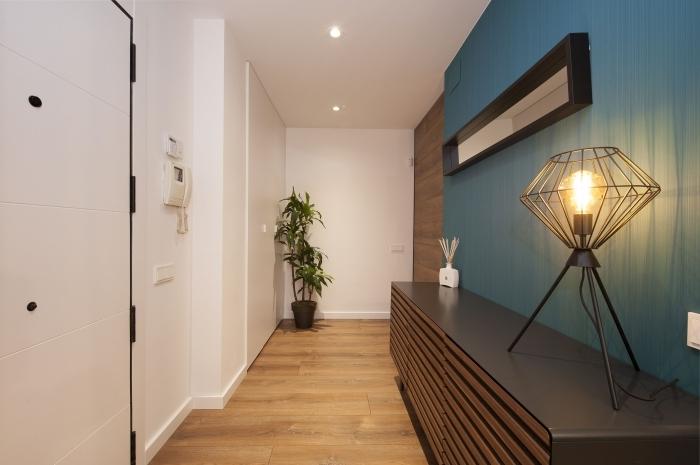 couleur pour une entrée accueillante lampe métal style industriel rangement mural étagère noir et blanc
