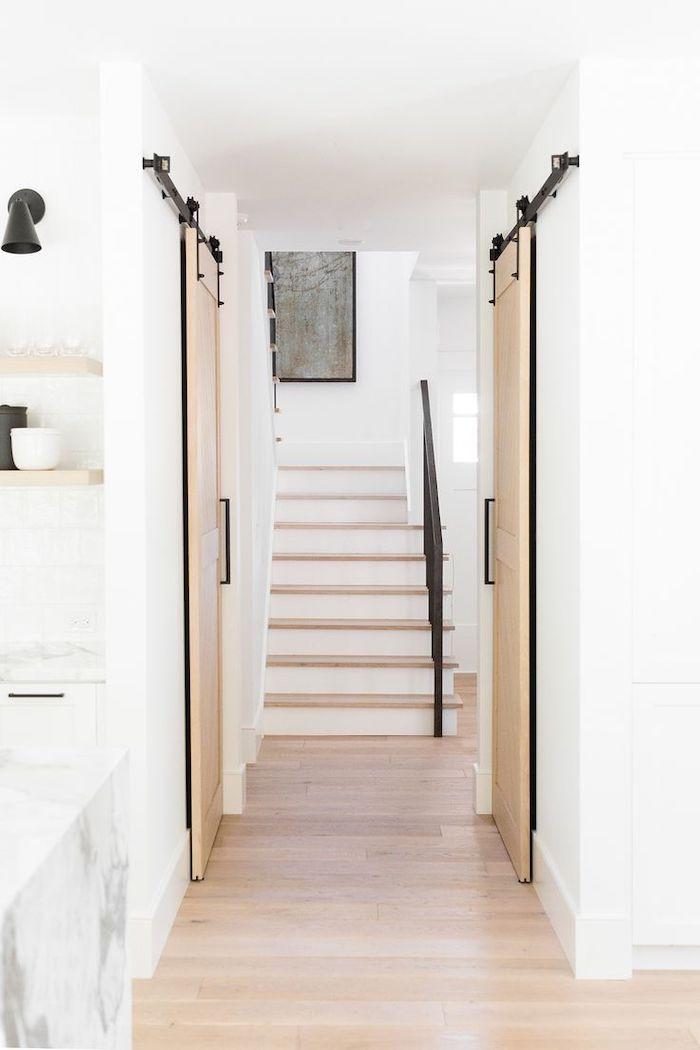 couleur pour une entrée accueillante avec des murs blancs et des portes glissantes en beige