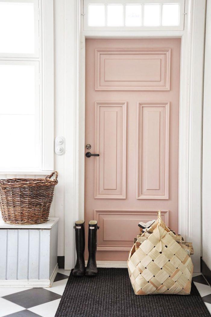 couleur pour une entrée accueillante avec une porte en beige des murs blancs et un sol a carreaux noirs et blancs