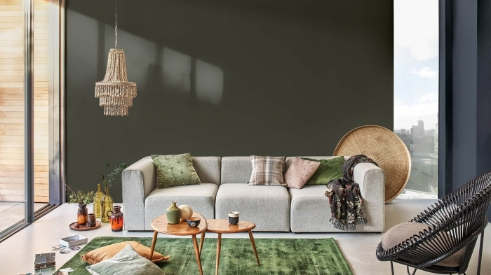 couleur tendance 2021 peinture murale vert foncé tapis vert table café double plateau bois