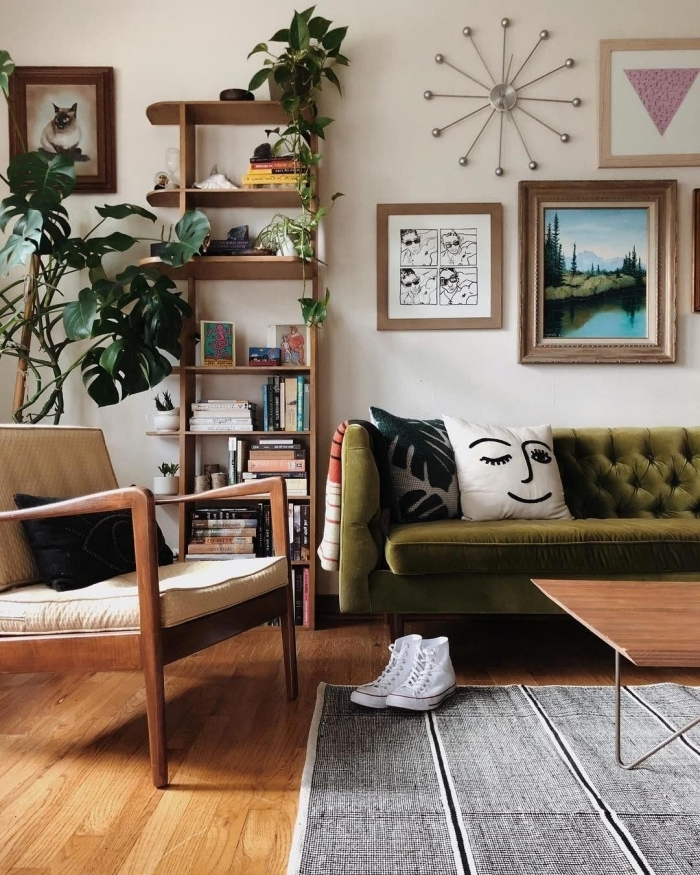 couleur vert kaki canapé salon cadre photo bois mur de cadre étagère bois rangement ouvert