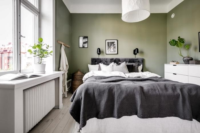 couleurs qui vont avec le kaki plafond blanc linge de lit gris anthracite plante verte monstera