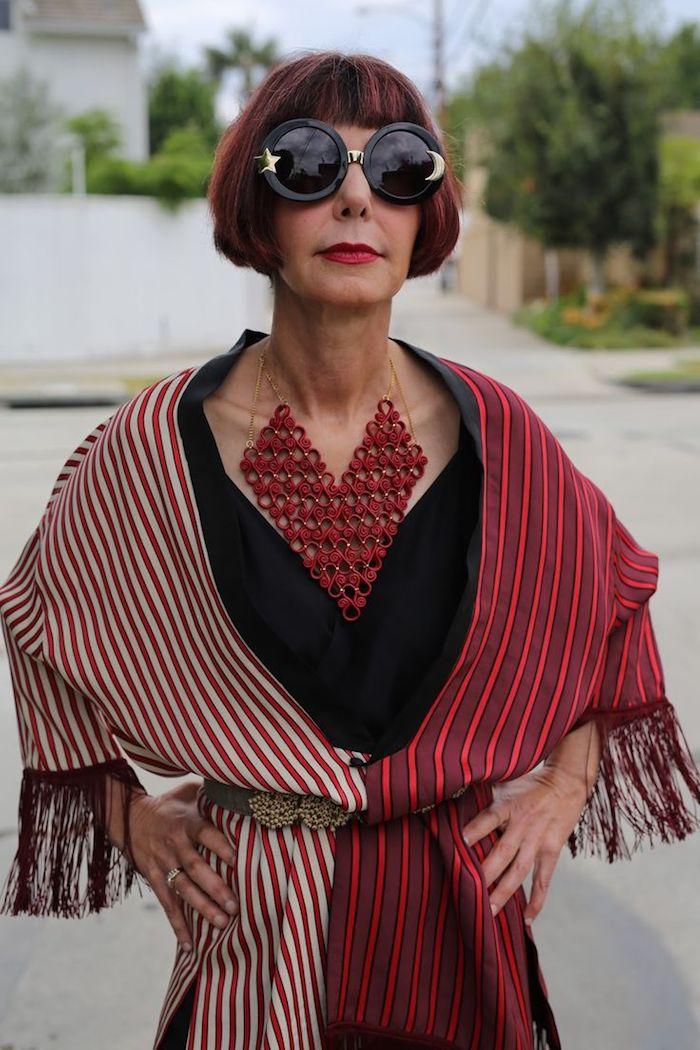 coupe carré rouge femme 60 ans écharpe blanc et rouge robe noire collier rouge grand lunettes de soleil noires
