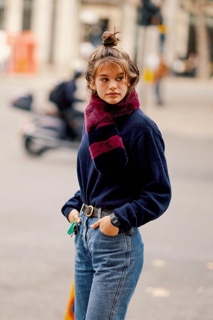 coupe de cehveux frane de porter avec un queue de cheal une femme jean avec un echarpe tricote