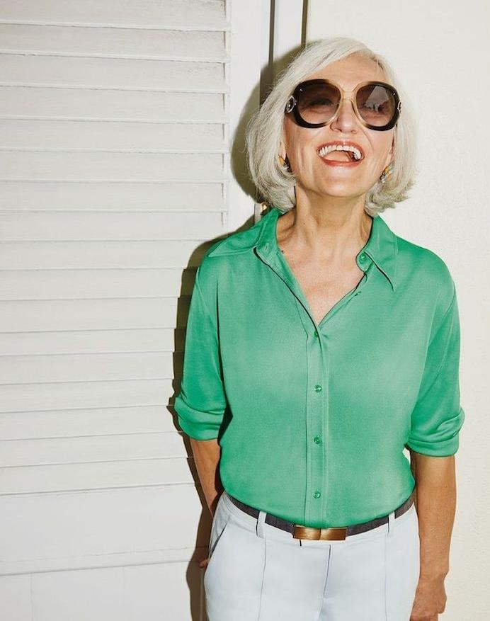 coupe de cheveux femme 60 ans carré blanc chemise femme verte et pantalon blanc lunettes de soleil tendance