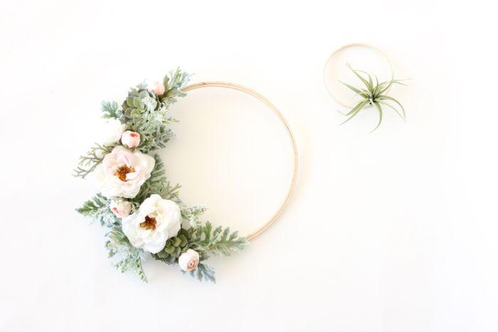 couronne en tambour à broder de bois décorée de brins de fleurs artificiels deco printemps elegany pour porte