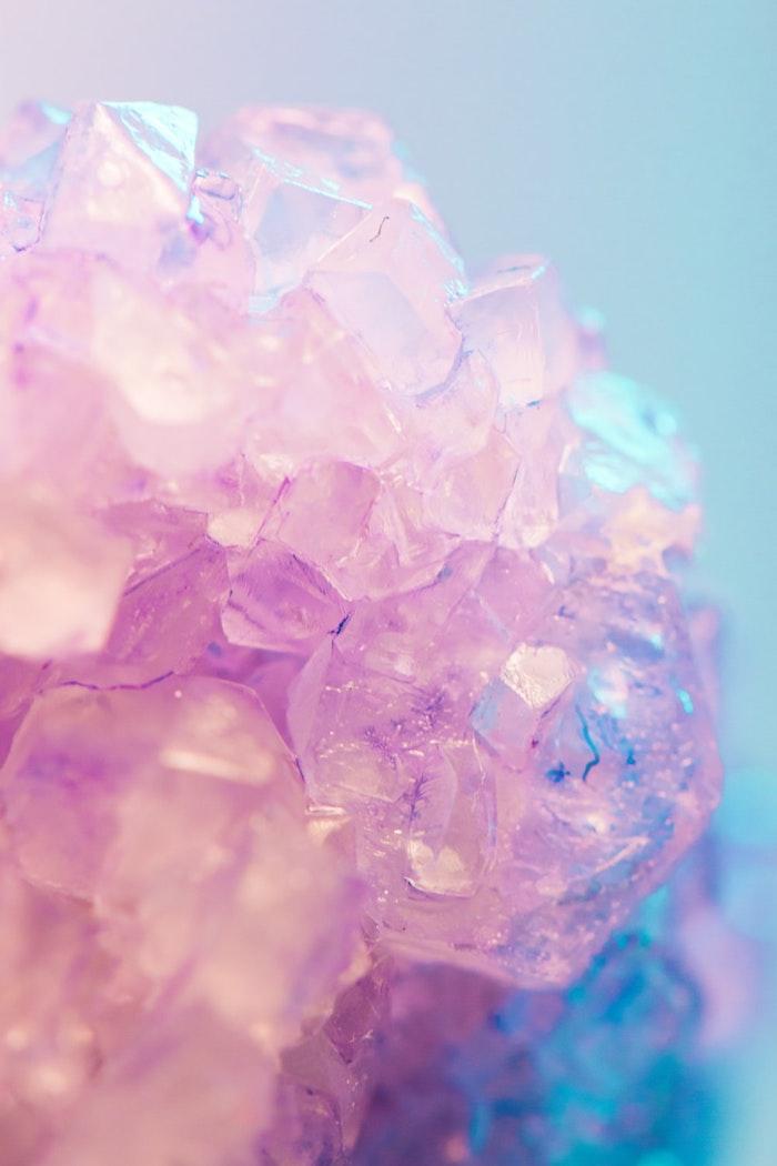 cristaux couleur rose sur fond bleu exemple de fond d écran original en tons pastel clair image créative arc en ciel licorne