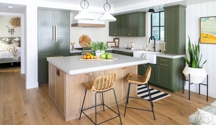 cuisine kaki meubles armoires poignées laiton aménagement cuisine en u avec îlot bois et blanc