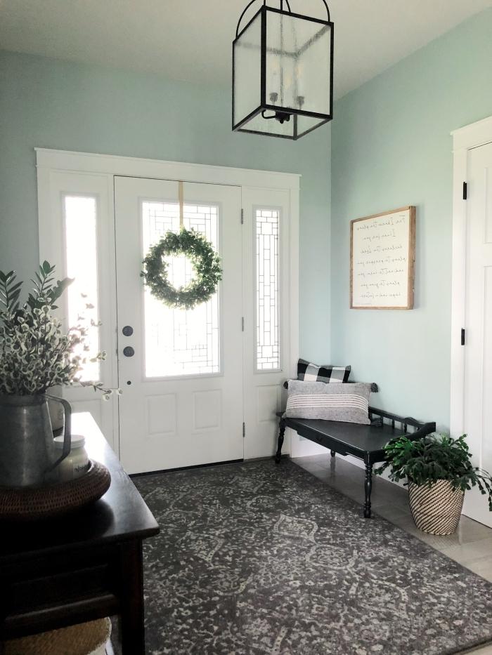 déco entrée maison peinture murale nuance vert menthe banquette noire cache pot plante verte