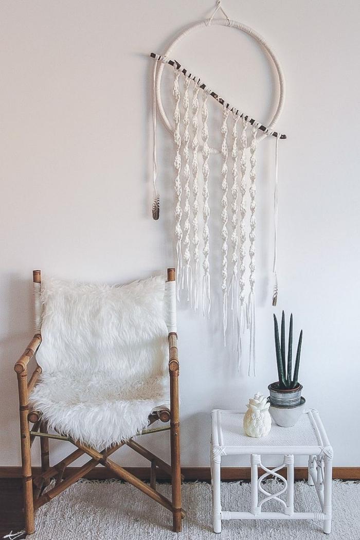 déco salon bohème chic style chaise bois housse fausse fourrure blanche grand attrape reve noeud spirale