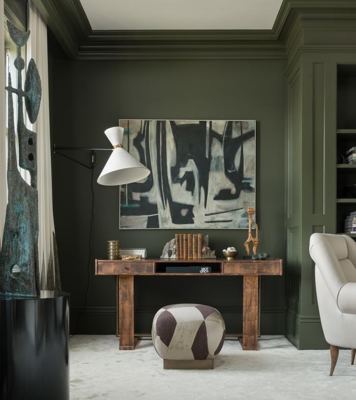 décoration bureau rustique bois foncé couleur militaire peinture murale vert foncé lampe sur pied blanc