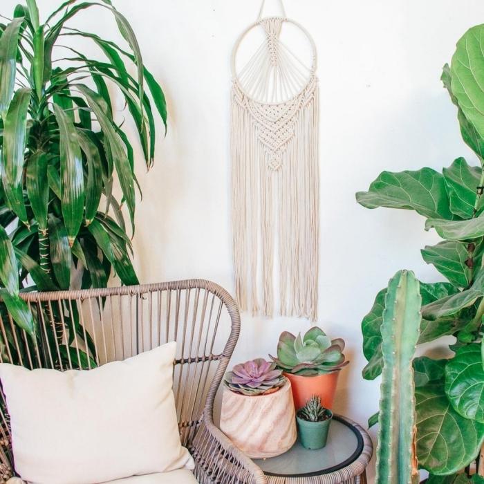 décoration intérieur bohème style jungle plantes vertes chaise tressée coussin décoratif attrape reve diy succulentes