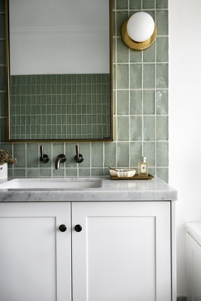 décoration salle de bain carrelage kaki miroir rectangulaire cadre laiton comptoir marbre