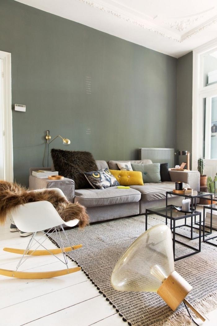 décoration salon cosy peinture mur kaki vert foncé tapis franges beige table métal plateaux