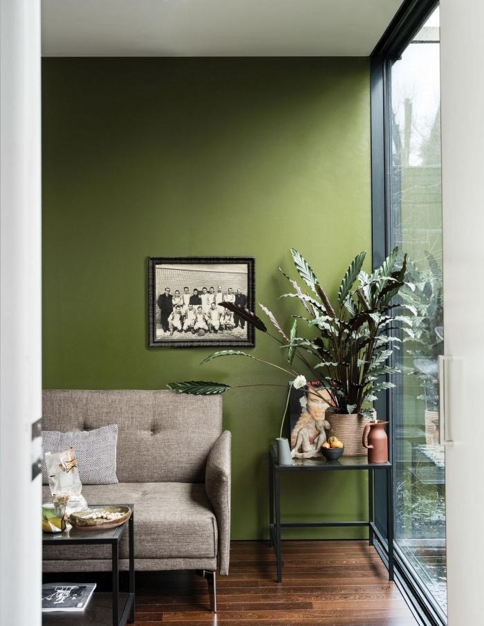 décoration salon vert plante table basse métal couleur peinture salon tendance 2021
