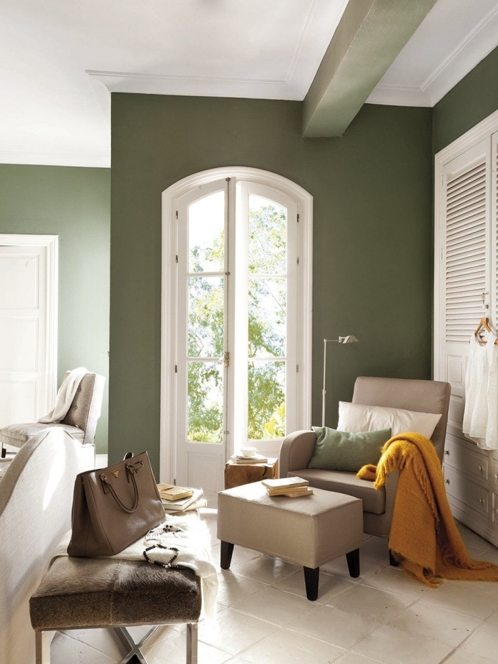 déoration chambre peinture kaki couleur verte fauteuil cuir beige coin de lecture aménagement