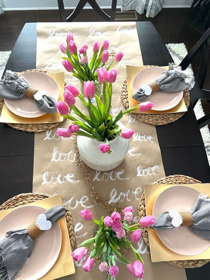 déco table sain valentin avec un chemin de table en papier dessiné et des tulipes roses
