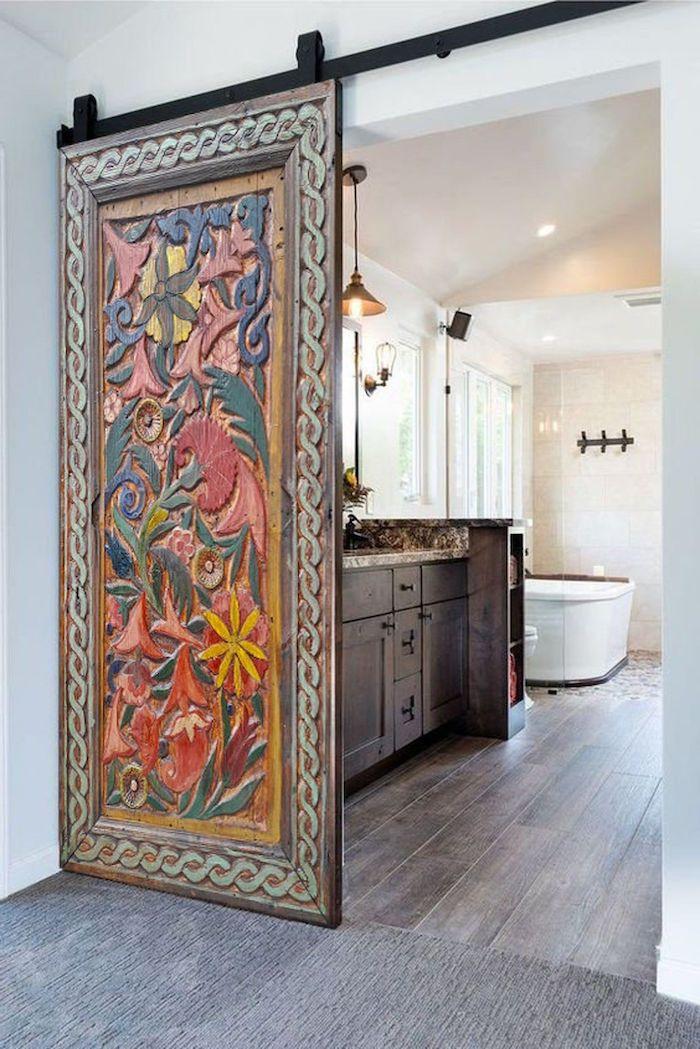 décoration porte de la salle de bain glissante avec des sculpture sur bois