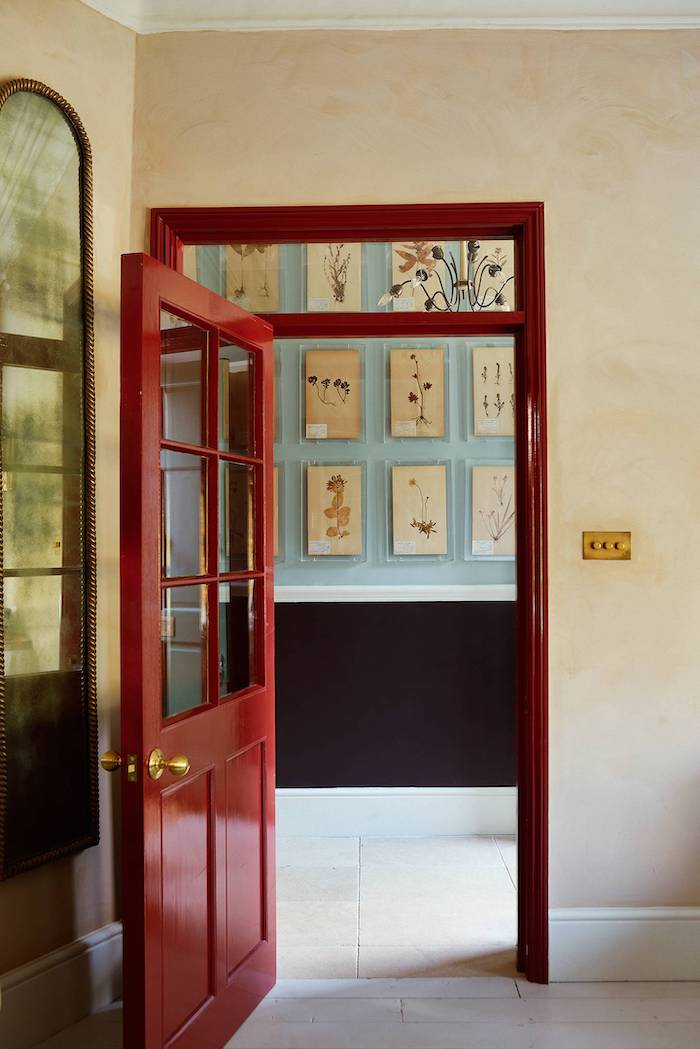 décoration porte en couleur rouge brillante avec des element en verre qui donne au couloir