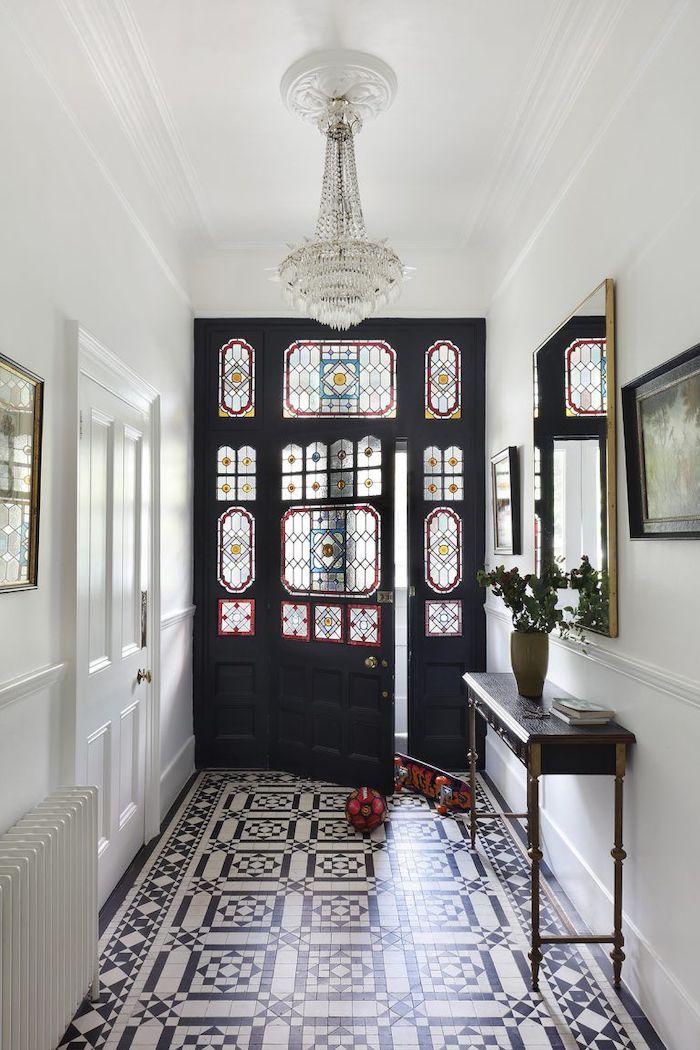 décoration porte intérieur avec des elements en verre et un carrelage aux motifs au sol
