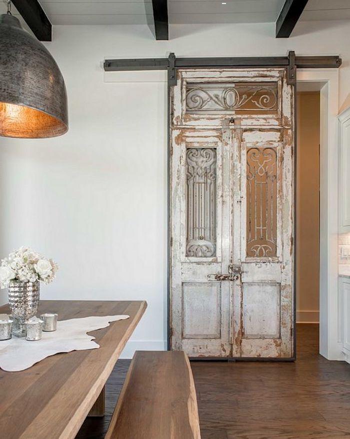 décoration porte interieur en style vintage et mechanisme glissant devvant la salle de manger