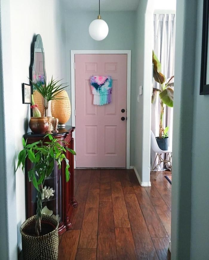 de quelle couleur peindre les portes d un couloir porte entrée couleur rose meuble bois foncé