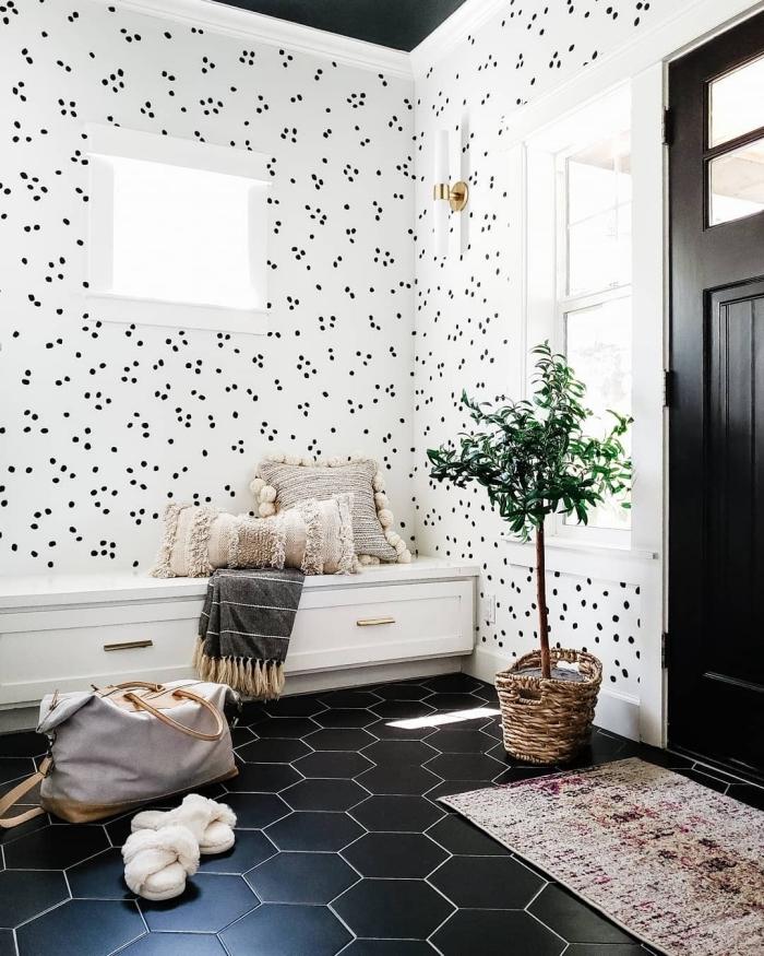 de quelle couleur peindre les portes d un couloir porte noire carrelage hexagonaux motifs cache pot tressé