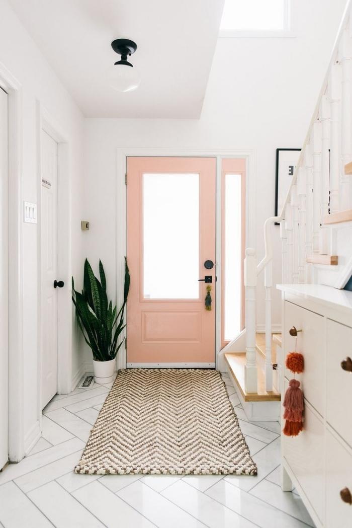 deco entree chic porte d entrée peinture rose pastel plante verte intérieur tapis beige et blanc
