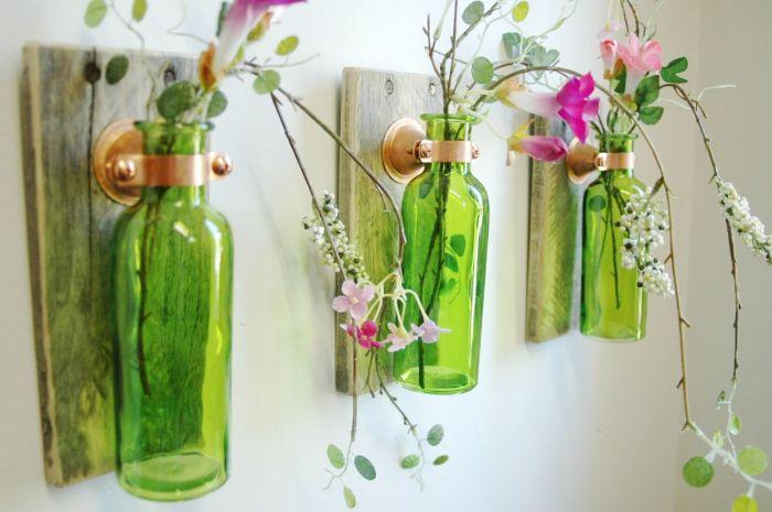 decoration couloir avec des planches de bois et des fioles accrochés en guise de vases avec des fleurs artificielles