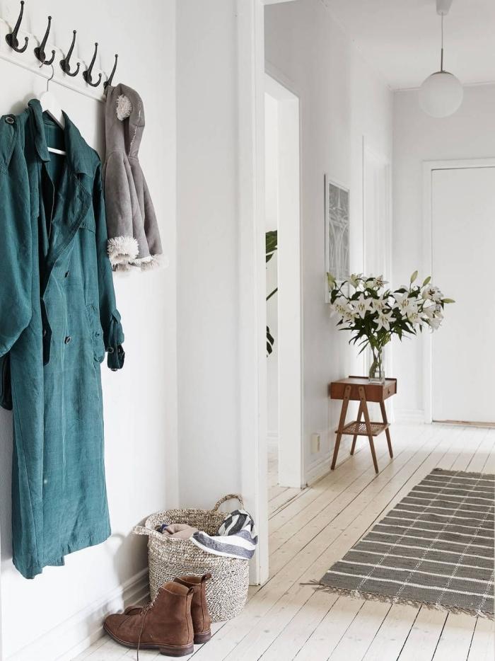 decoration couloir d entrée murs blancs peinture intérieur accueillant tapis franges gris et blanc