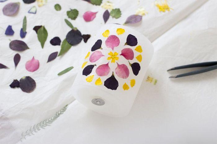 decoration de printemps comment faire des bougies fleuries décorées de pétales de fleurs colorées