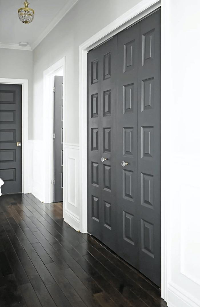 des murs en couleur pantone pour l année 2021 gris ultime dans un couloir aux murs blanc