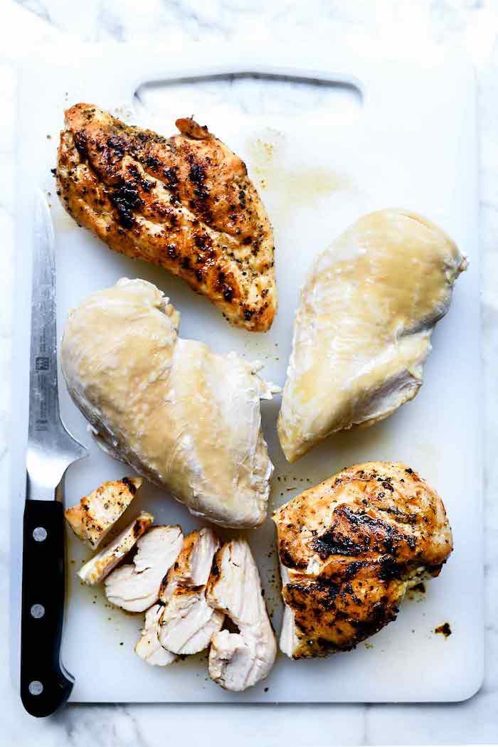 des poitrines de poulet tranchées sur un plateau en plastique ingrédient pour un wrap apéritif