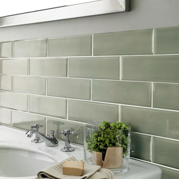 design salle de bain moderne style jungle carrelage kaki métro robinet inox plante verte