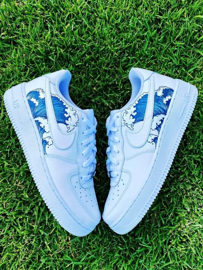 dessin sur chaussure blanche baskets sport décoration avec peinture effet vague océan